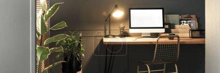 Photo pour Chaise créative en métal doré par un bureau en bois avec écran d'ordinateur, dossiers et une lampe industrielle dans un élégant intérieur de bureau à la maison - image libre de droit