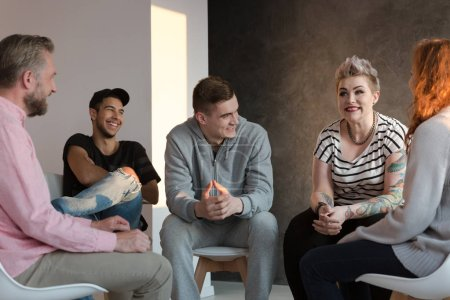 Photo pour Adolescents riant pendant une séance de counseling de groupe pour les jeunes ayant des problèmes émotionnels et comportementaux . - image libre de droit