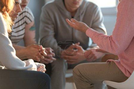 Photo pour Gros plan d'un thérapeute gesticulent tout en parlant à un groupe d'adolescents de l'inscription au cours d'un enseignement acceptation de soi et de la réunion de motivation. - image libre de droit