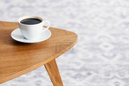 Photo pour Gros plan d'une tasse de café sur une table en bois - image libre de droit