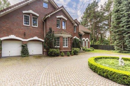 Photo pour Luxueuse et grande maison de style anglais avec jardin et allée - image libre de droit