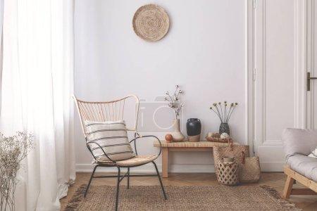 Photo pour Fauteuil avec coussin sur tapis brun à blanc naturel salon intérieur avec des plantes. Vraie photo - image libre de droit