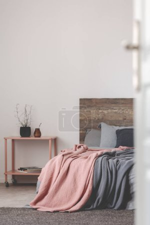 Foto de Diseño de dormitorio gris y rosa con espacio de copia en pared blanca vacía - Imagen libre de derechos