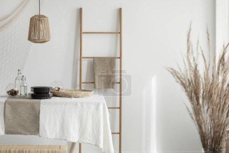 Photo pour Salle à manger lumineuse conçue avec des matériaux naturels - image libre de droit