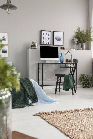 Photo pour Tapis de lin naturel sur le plancher de l'intérieur de chambre grise avec le Bureau à la maison pour l'adolescent - image libre de droit
