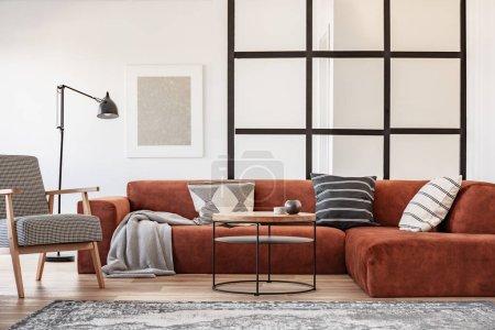 Photo pour Peinture argentée sur mur blanc de salon élégant intérieur avec canapé d'angle brun avec oreillers - image libre de droit