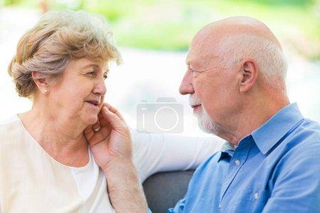 Photo pour Couple aîné prenant soin l'un de l'autre - image libre de droit