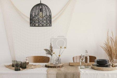 Photo pour Lampe moderne noire au-dessus de la table dans le salon - image libre de droit