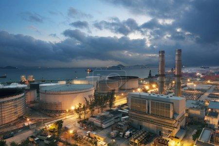 Elektrowni i zbiornik oleju o zmierzchu
