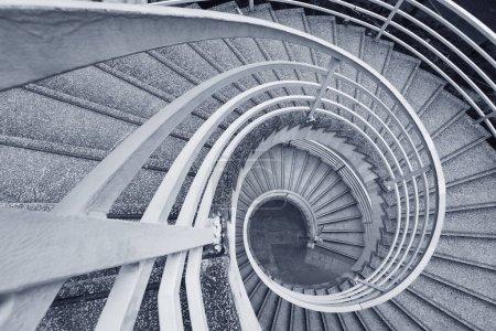 Foto de Escalera de caracol moderno con pasamanos de metal - Imagen libre de derechos