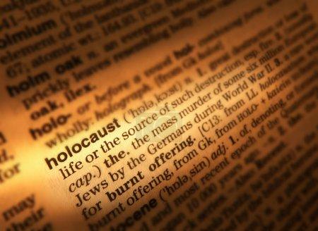 Photo pour Gros plan du dictionnaire Page montrant la définition de l'Holocauste de Word - image libre de droit