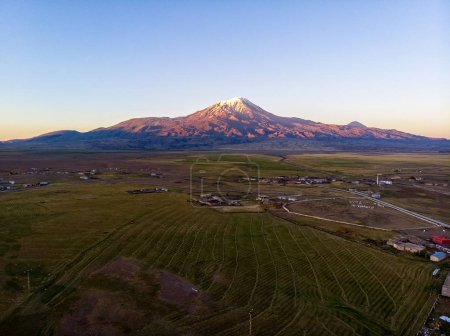 Vista aérea del Monte Ararat, Agr Dag. La montaña más alta de Turquía en la frontera entre la región de Agri e Igdr. El lugar de descanso del Arca de Noé .