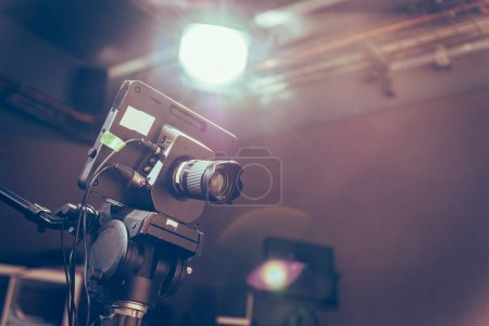 Photo pour Caméra de film sur trépied dans un studio de télédiffusion, projecteurs et équipements - image libre de droit