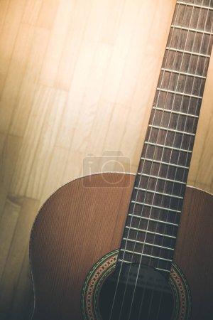 Photo pour Découpe d'un corpus et de cordes de guitare classique, gros plan - image libre de droit