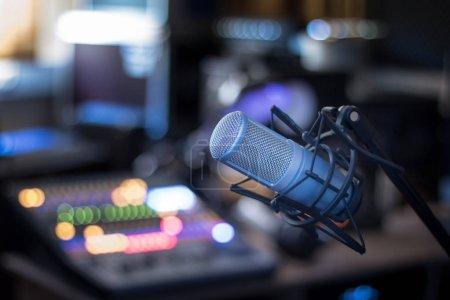 Photo pour Microphone studio professionnel, studio d'enregistrement, équipement en arrière-plan flou - image libre de droit