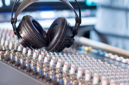 Photo pour Studio professionnel d'enregistrement sonore : Écouteurs sur table de mixage, Radio - image libre de droit