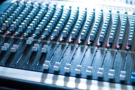 Photo pour Production musicale professionnelle dans un studio d'enregistrement sonore, table de mixage - image libre de droit