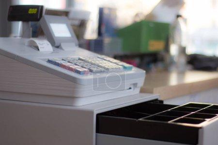 Photo pour Caisse enregistreuse dans un magasin : Le client paie l'achat - image libre de droit