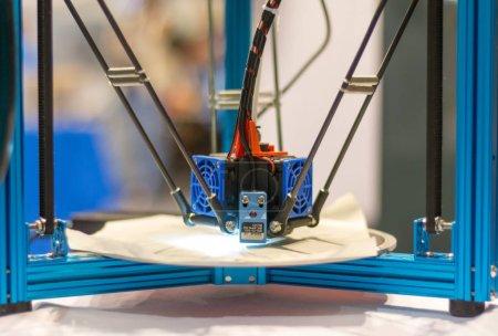Photo pour Imprimante 3D automatique effectue une création de produit en trois dimensions, gros plan - image libre de droit