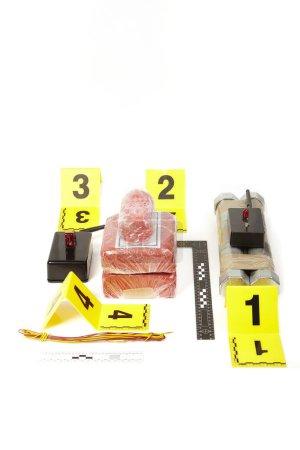 Documentation des explosifs plastiques et des composants de bombes saisis avec détonateur radio