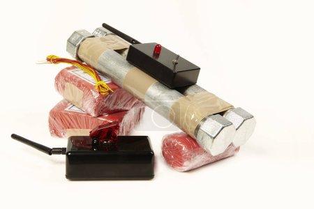 Contrebande saisie d'explosifs plastiques et de composants de bombes avec détonateur radio
