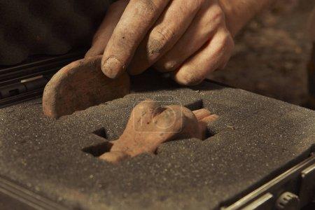 Photo pour Emballage de la statue votive rare de femme et d'autres artefacts sur le site archéologique - image libre de droit