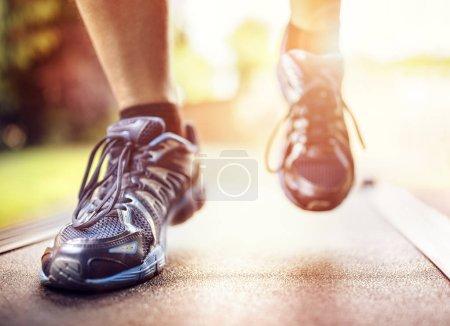 Photo pour Homme qui court dans un gymnase sur un concept de tapis roulant pour exercer, de remise en forme et de style de vie sain - image libre de droit