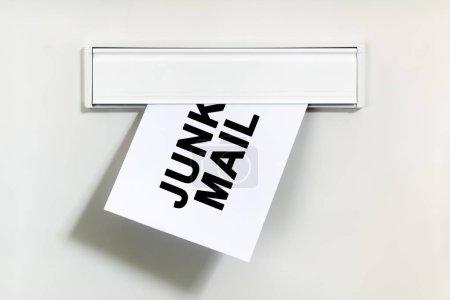 Photo pour Courrier indésirable ou spam sur lettre réalisé grâce à un concept de boîte aux lettres pour le courrier non sollicité ou par courriel - image libre de droit