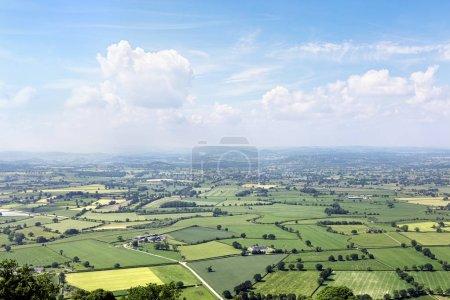 Photo pour Panorama paysage campagne anglaise avec un ciel bleu - image libre de droit