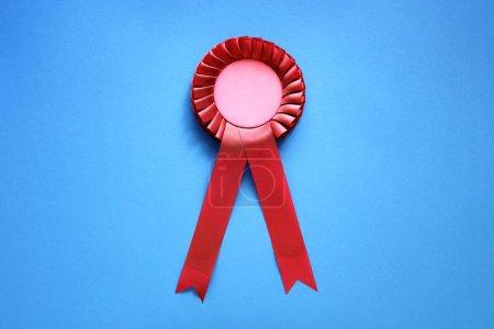 Photo pour Rosette de prix textile rouge avec rubans - image libre de droit