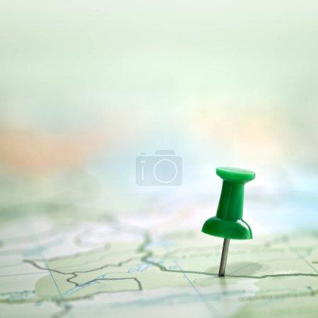 Photo pour Punaise, montrant l'emplacement d'un point de destination sur une carte verte - image libre de droit