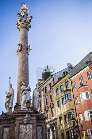 Photo pour Colonne Sainte-Anne dans le centre-ville d'Innsbruck sur la rue Maria-Theresien, Tyrol, Autriche - image libre de droit