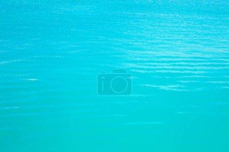 Photo pour Brillant bleu fond ondulation de l'eau. Eau de mer turquoise transparent, fond naturel. - image libre de droit
