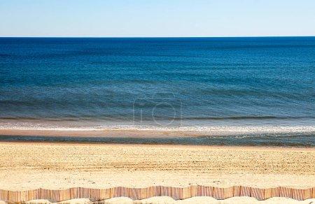 Photo pour Plage de sable avec avoine mer et Dune barrière panoramique. - image libre de droit