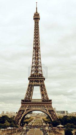Photo pour Tour Eiffel de Paris et de la rivière Seine au coucher du soleil à Paris. La Tour Eiffel est l'un des monuments plus emblématiques de Paris - image libre de droit