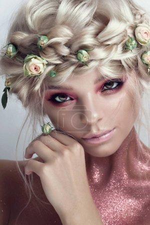 Photo pour Mode Beauté Modèle Fille avec des fleurs cheveux. Mariée. Maquillage créatif parfait et style de cheveux. Coiffure. Bouquet de belles fleurs - image libre de droit