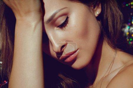 Photo pour Beau visage de jeune femme avec peau fraîche propre de près. Portrait de beauté. Concept de soins pour les jeunes et la peau - image libre de droit