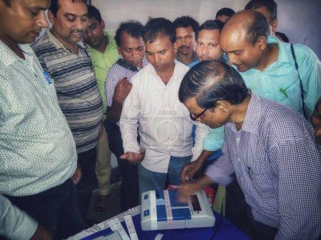 Photo pour Jhargram, West Bengal, Inde - 07 mai 2019 : La procédure de formation des personnels de vote pour l'élection de Lok Sabha 2019 ou l'élection de l'Assemblée générale 2019 a été organisée par la Commission électorale de l'Inde. - image libre de droit
