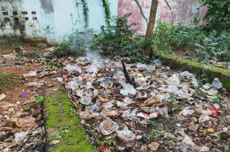 Photo pour Kharagpur, Inde - 14 septembre 2019 : L'incendie de gros tas de déchets près de la rue au Bengale occidental. pollution plastique en Inde. - image libre de droit