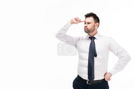 Photo pour Homme en surpoids dans l'usure formelle serrée pointant avec le doigt sur le front isolé sur blanc avec espace de copie - image libre de droit