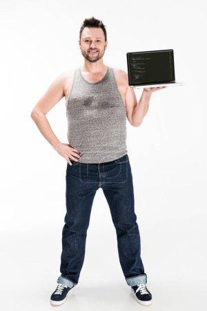 Photo pour Souriant homme en surpoids regardant la caméra et présentant ordinateur portable avec logiciel microsoft windows à l'écran isolé sur blanc - image libre de droit