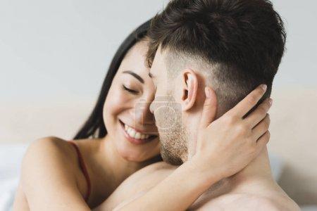 Photo pour Belle, heureux asiatique femme tendrement embrasser beau petit ami - image libre de droit