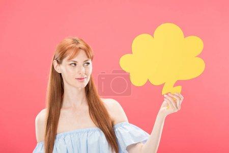 Photo pour Jeune femme attirante de rousse retenant la bulle vide de pensée d'isolement sur le rose - image libre de droit