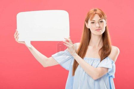 Photo pour Fille attirante de rousse retenant la bulle vide de discours d'isolement sur le rose - image libre de droit