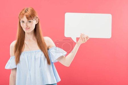 Photo pour Fille attirante de redhead de sourire retenant la bulle vide de discours d'isolement sur le rose - image libre de droit