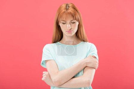 Photo pour Vue avant de la jeune femme pensive rousse regardant vers le bas isolé sur le rose - image libre de droit