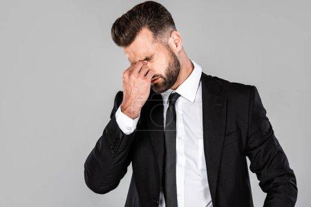 Photo pour Fatigué homme d'affaires réussi en costume noir frottant ses yeux isolés sur gris - image libre de droit