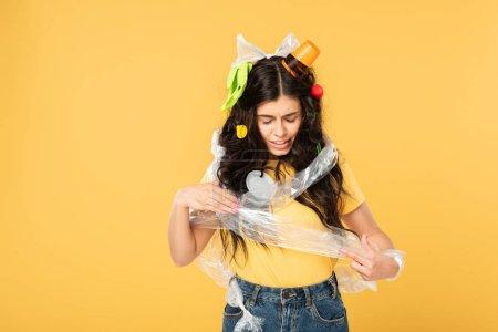 Photo pour Jeune femme confuse avec des ordures dans les cheveux isolés sur le jaune - image libre de droit