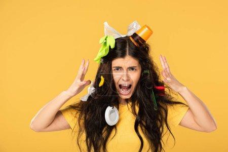Foto de Chocó chica gritando con basura en el pelo aislado en amarillo - Imagen libre de derechos