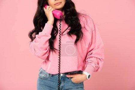 Foto de Vista recortada de la mujer hablando en teléfono retro aislado en rosa - Imagen libre de derechos